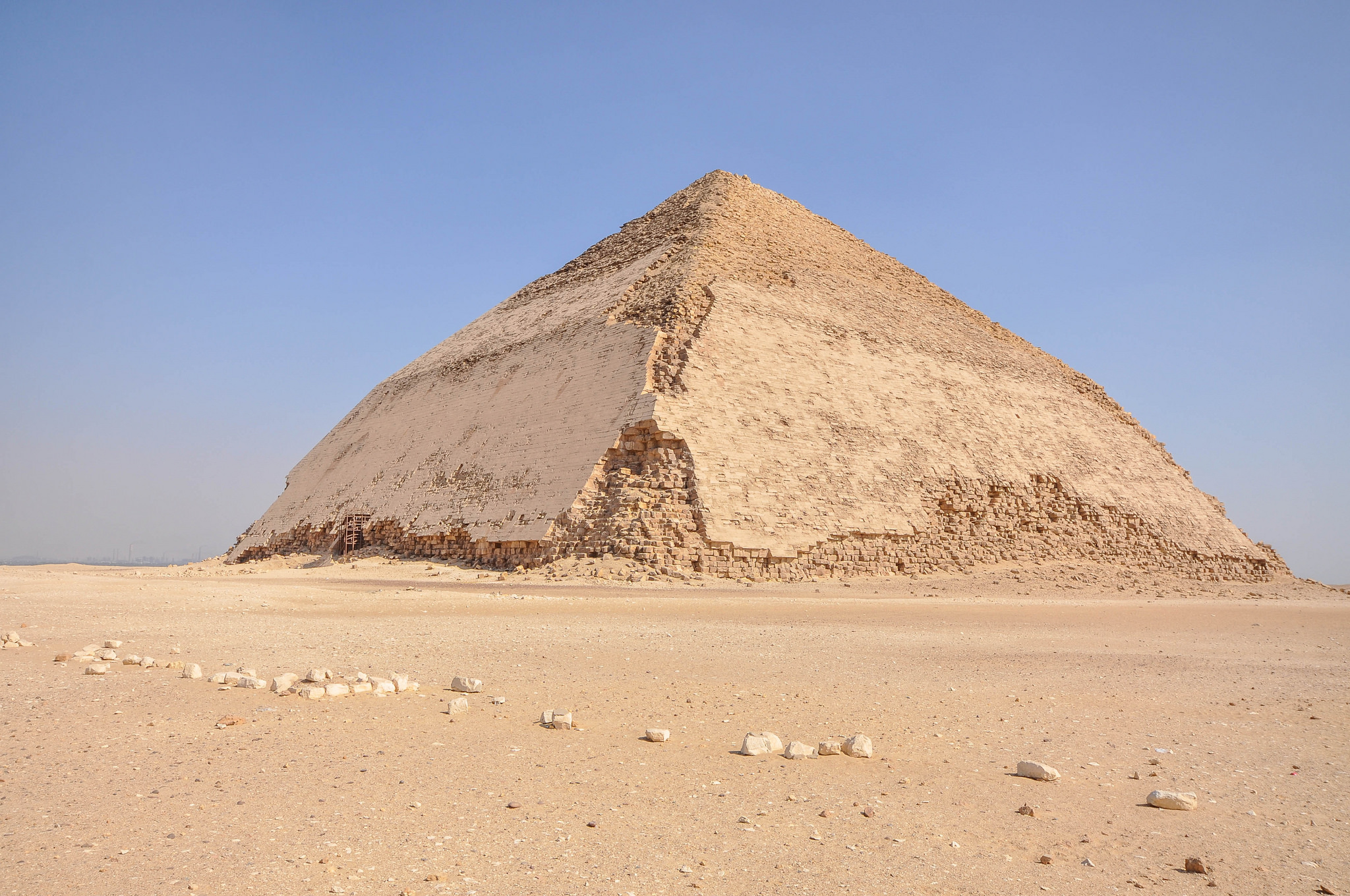 Дахшур, Ломаная пирамида Снофру