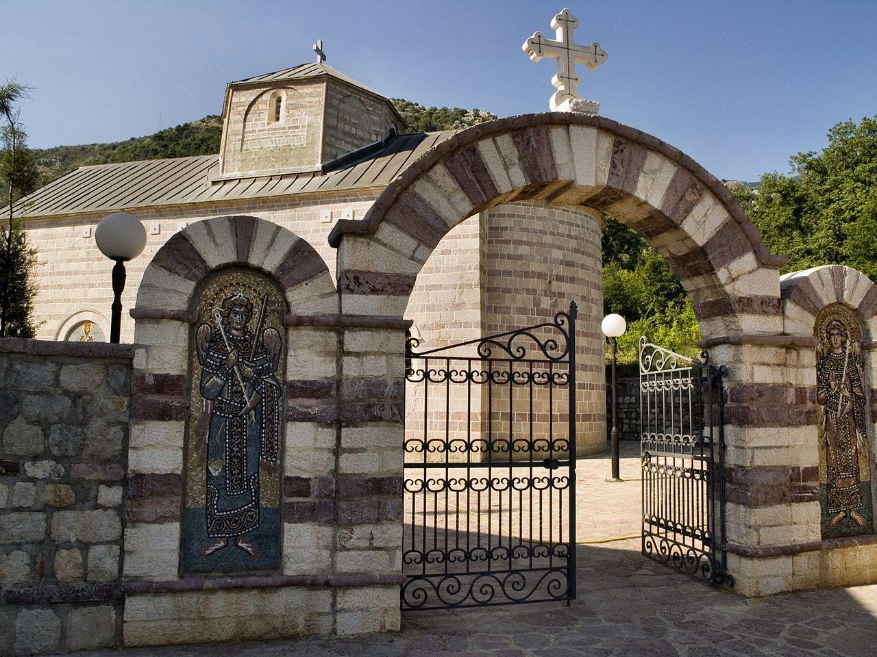Монастырь Подмаине, ворота