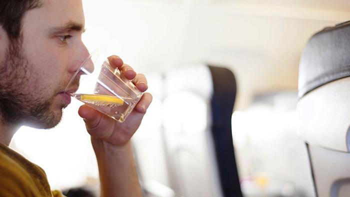 15 вещей, которые не нужно делать в самолете 4.jpg