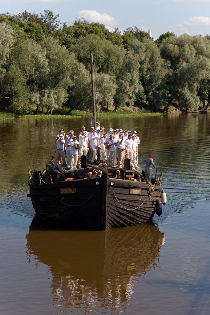 Плывущая баржа в Эстонии.jpg