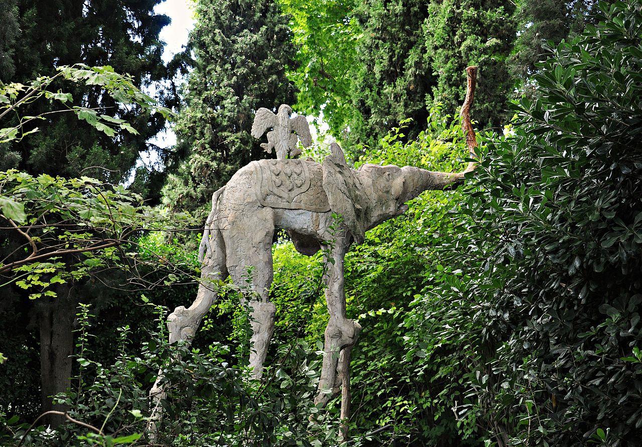 Парк замка Пуболь, слон и ворон