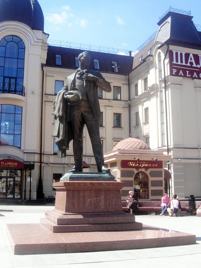 Улица Баумана, памятник Шаляпину