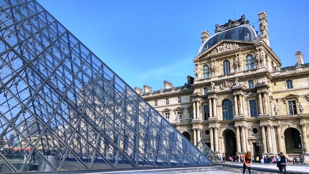 Стеклянная пирамида Лувра во дворе Наполеона в Париже