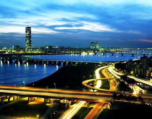 Городская дорога у реки Ханган в Сеуле.jpg