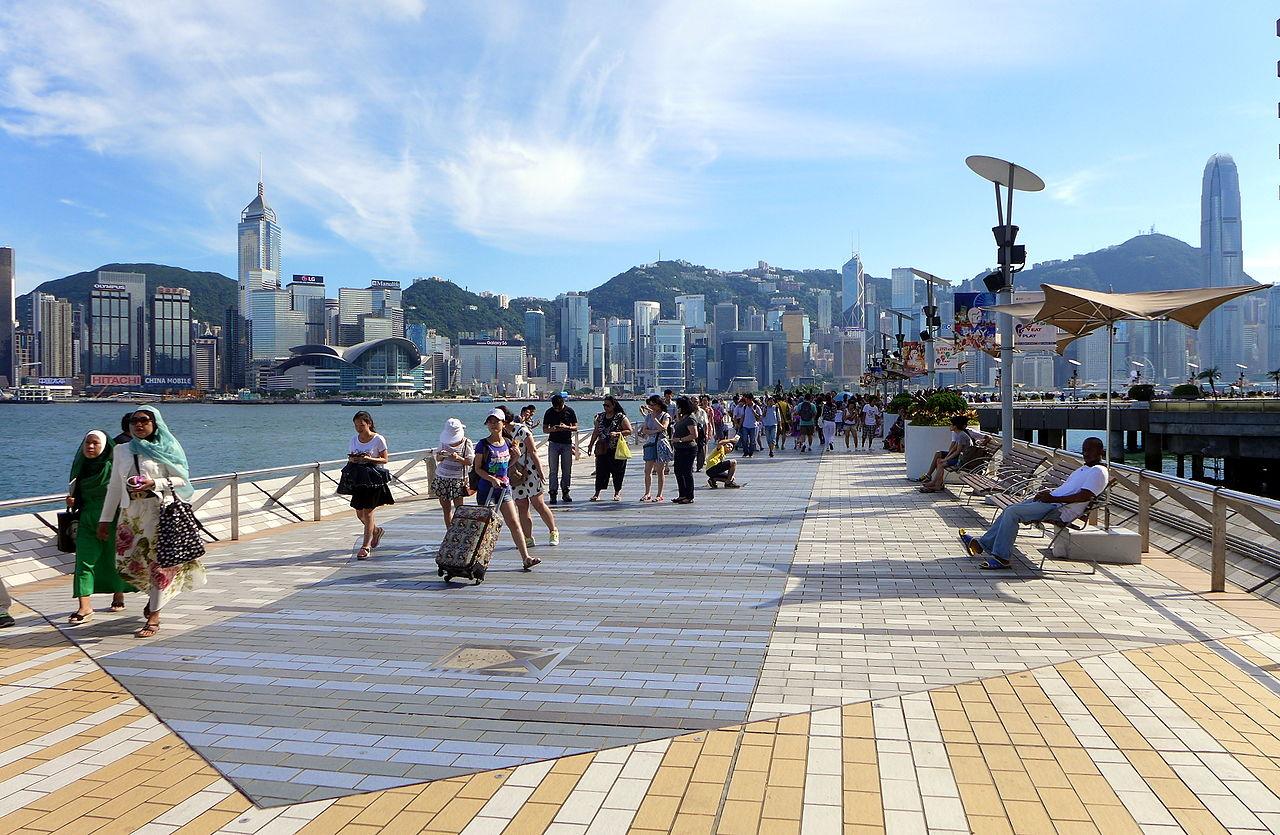 Авеню звёзд, на заднем плане — панорама северного побережья Гонконга