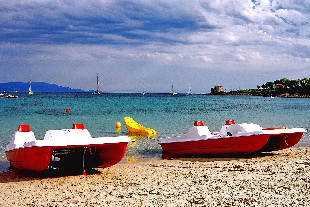 Альгеро, водные велосипеды-катамараны на пляже