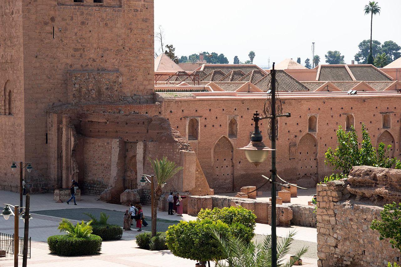 У стен мечети Кутубия, Марракеш