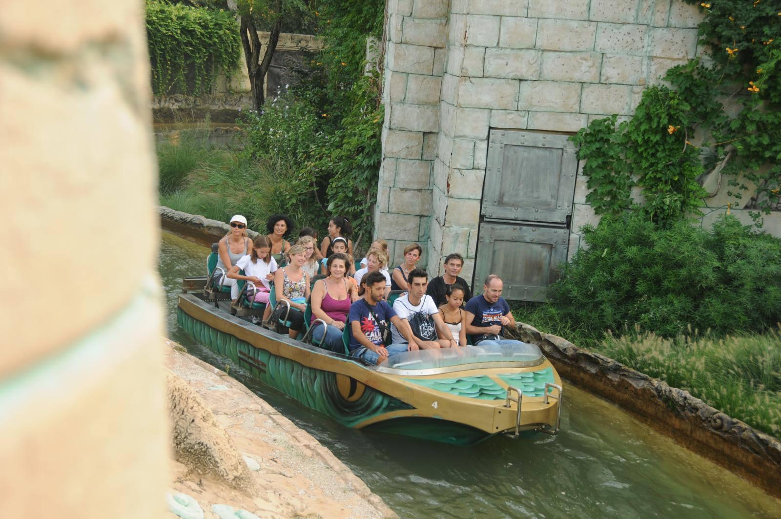 Аттракцион на лодке по тропической реке в парке Гардаленд, Италия