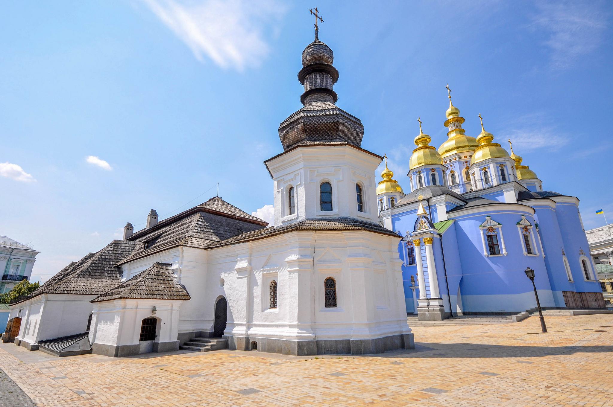 Вид на Трапезный Храм Иоана Богослова и Михайловский Златоверхий собор