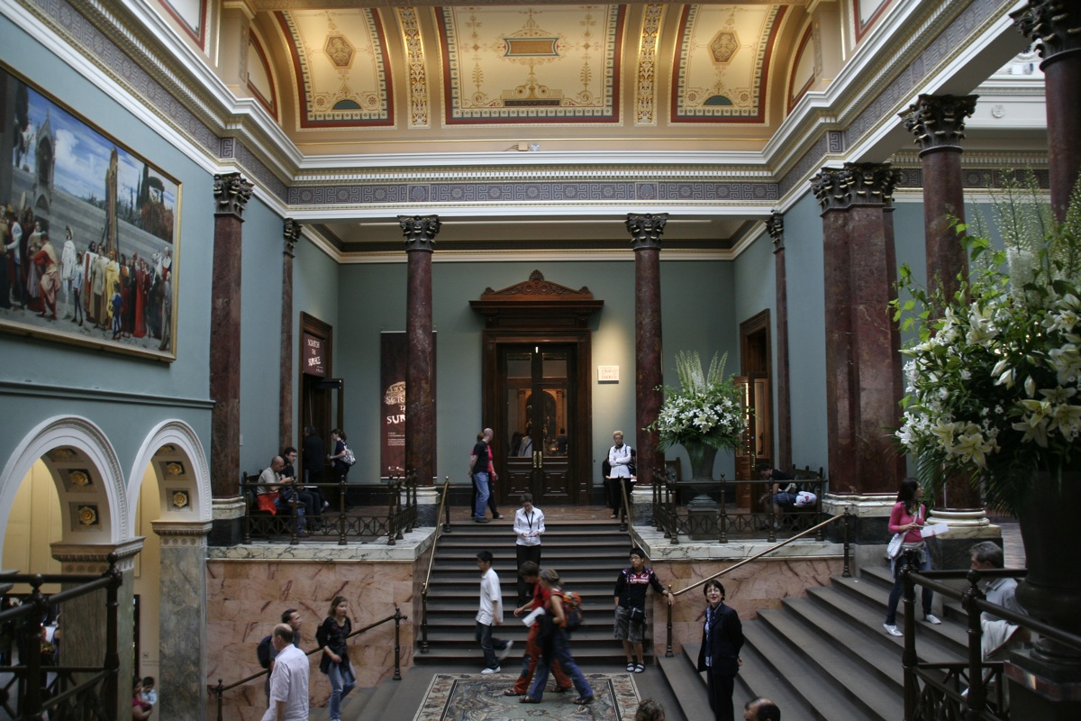 Национальная галерея в Лондоне, холл и лестница
