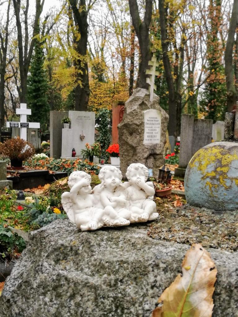 Статуэтка ангелов на могиле Ольшанского кладбища в Праге