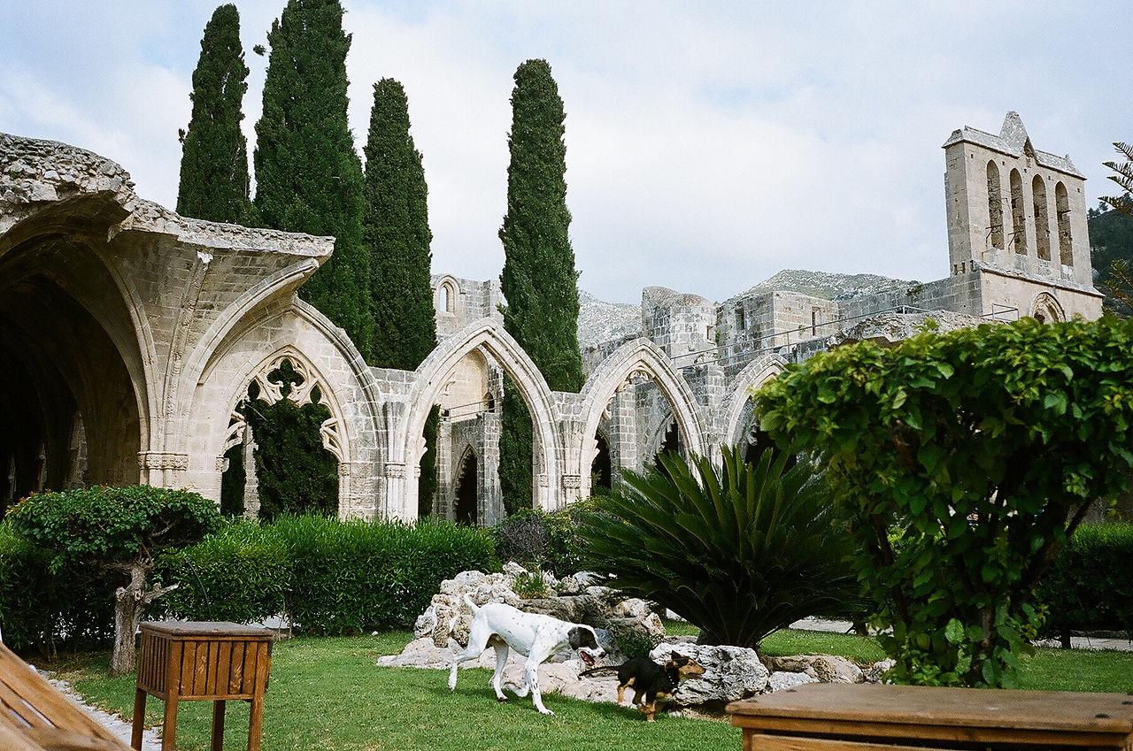Аббатство Беллапаис, сохранившийся фасад монастырской церкви