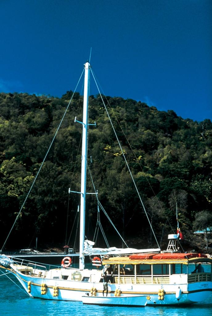 Яхты у берегов Сейшельских островов.jpg