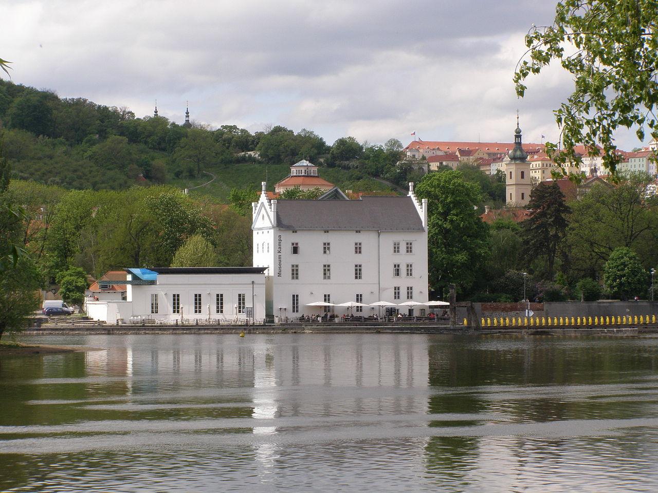 Музей Кампа на берегу реки Влтавы в Праге