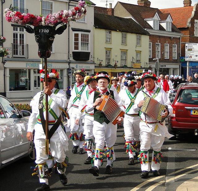 Народный танец Morris в исполнении жителей деревни Abingdon близ Оксфорда