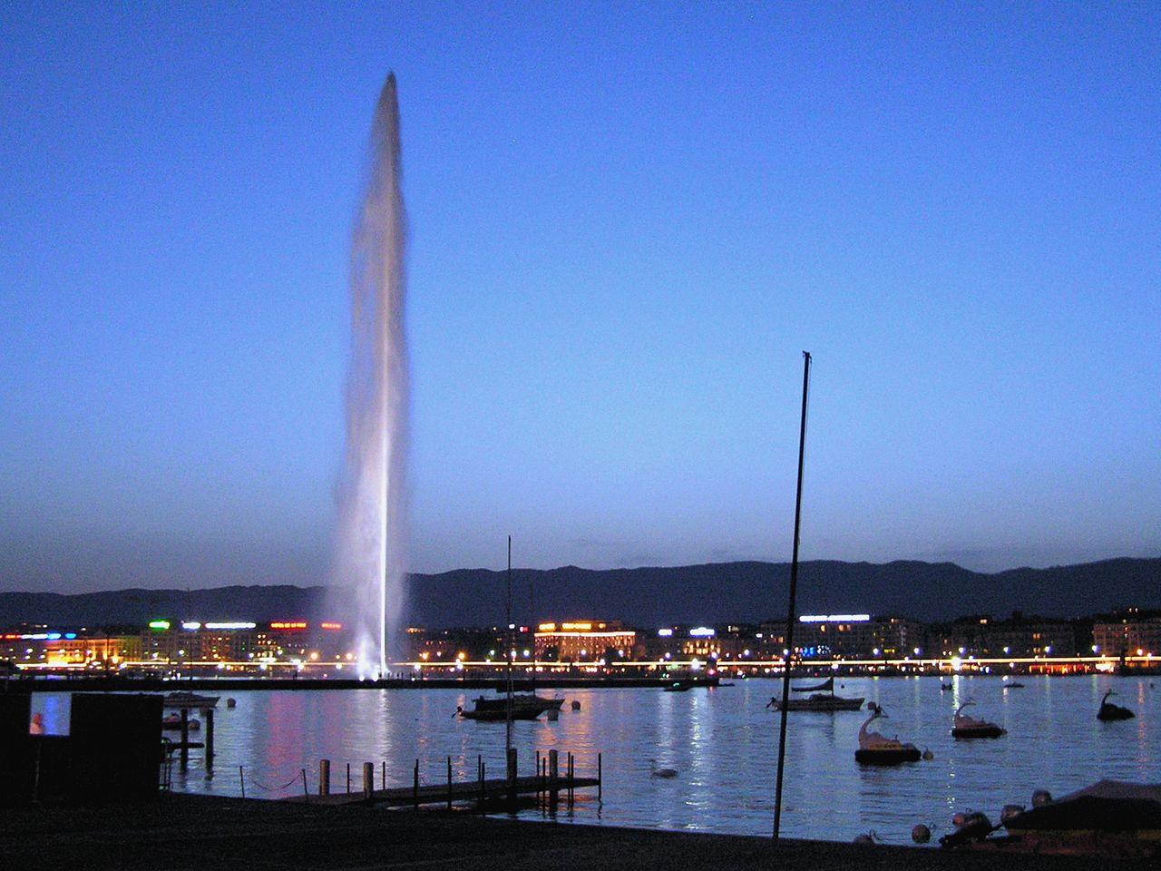 Фонтан на Женевском озере ночью