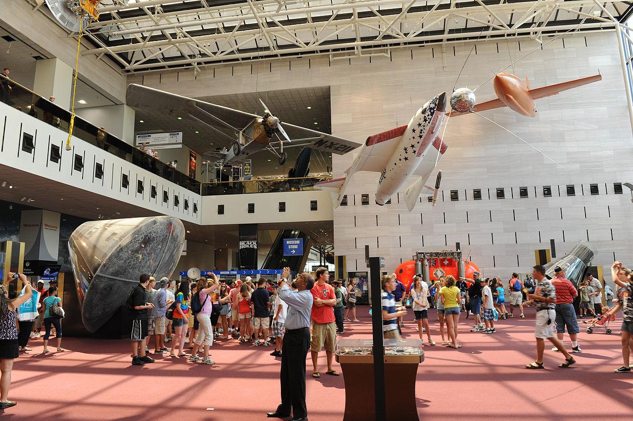 Вестибюль Национального музея авиации и космонавтики в Вашингтоне