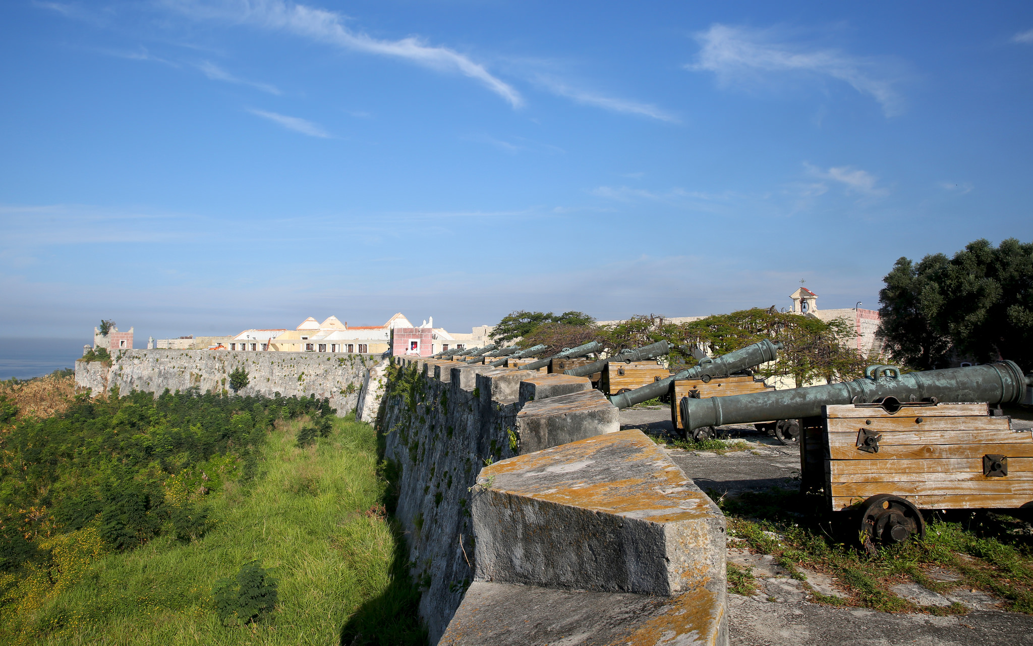 Старинные пушки на стене крепости Ла-Кабанья