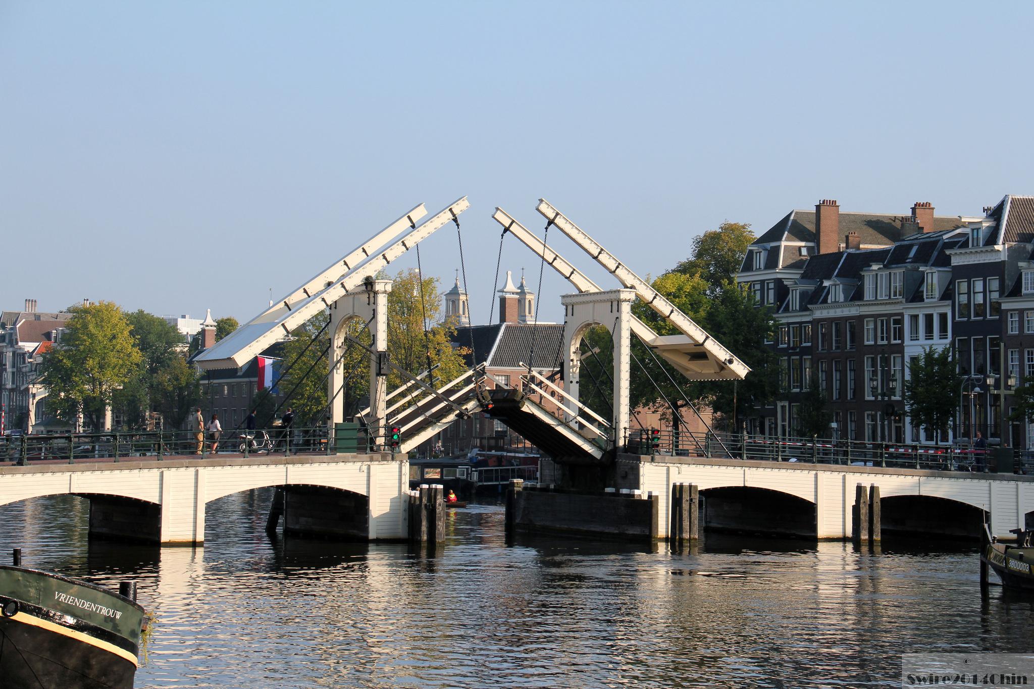 Раскрывающийся мост Магере-Брюг в Амстердаме