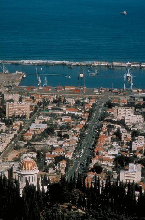 Вид с Бахайского храма на порт Хайфы.jpg