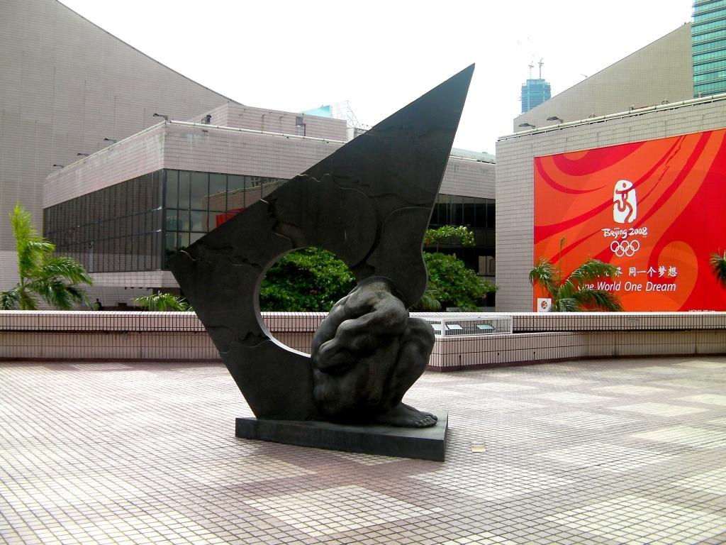 Гонконгский музей искусств, скульптура у входа