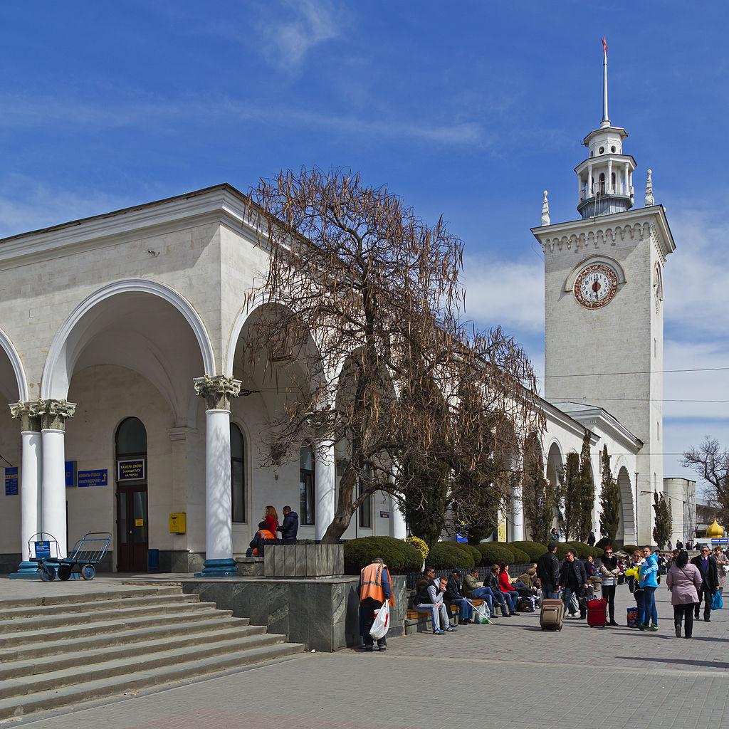 Железнодорожный вокзал Симферополя, главное здание с часовой башней