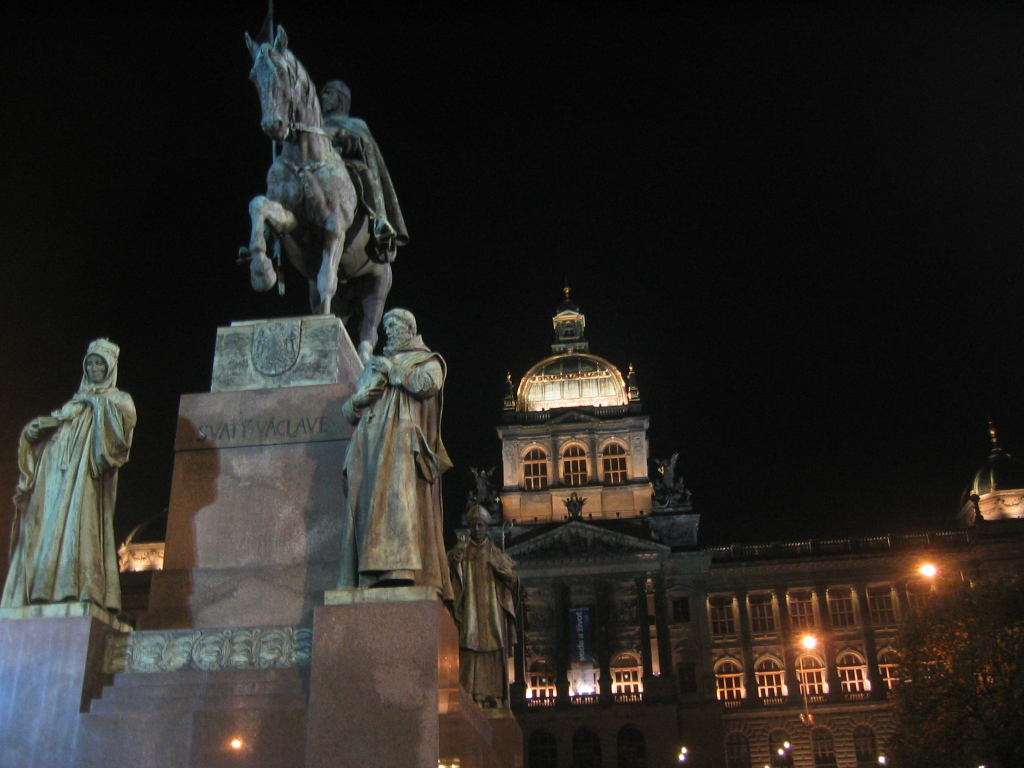 Памятник Святому Вацлаву и Национальный музей на Вацлавской площади