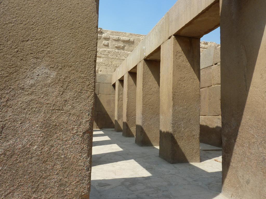 Рядом с пирамидой Хефрена, Гиза