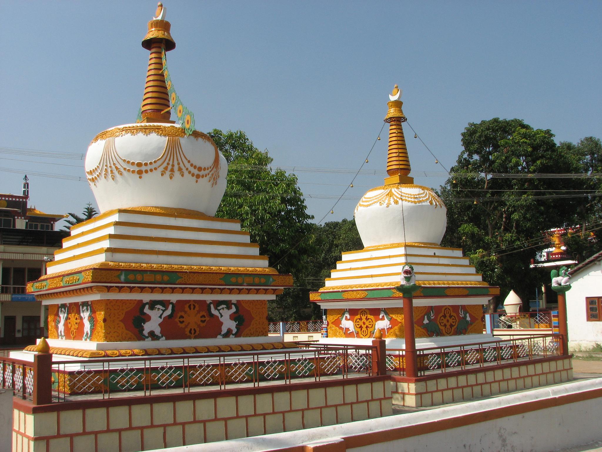 Тибетская колония Мунгод в штате Карнатака, ступы