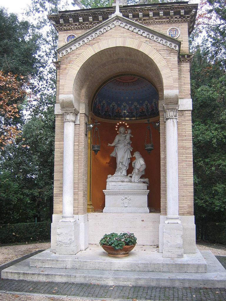 Статуя Богоматери в Ватиканских садах