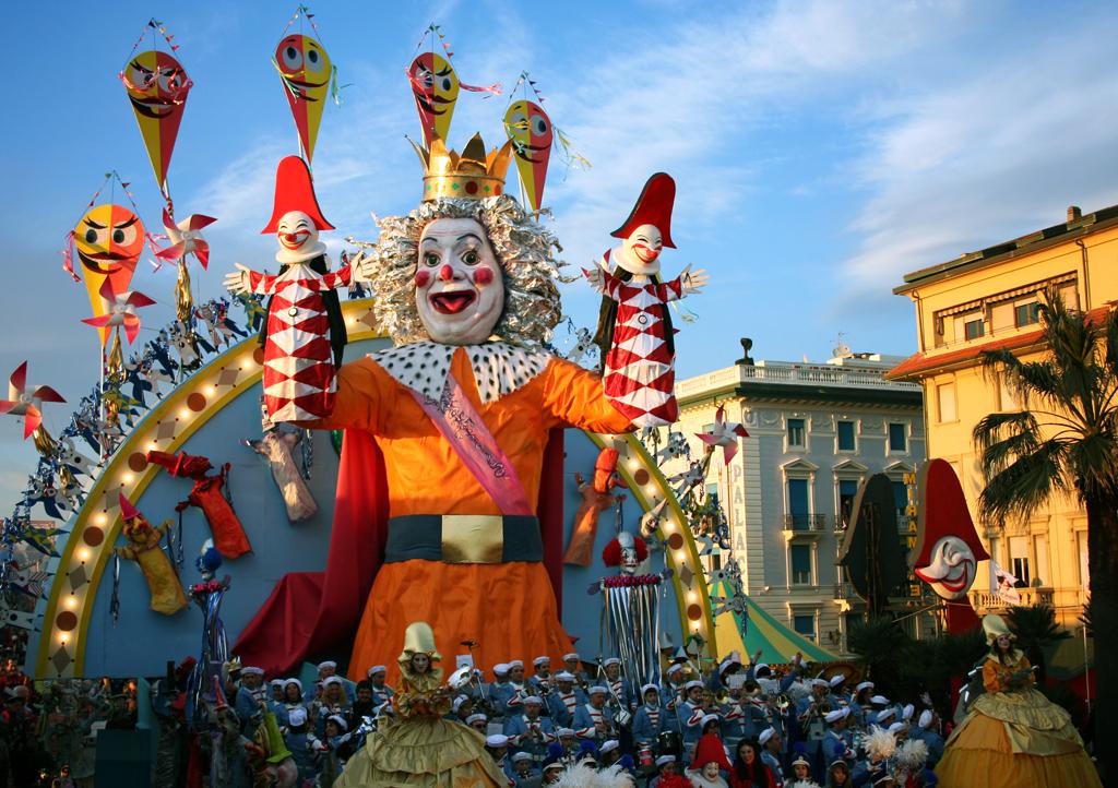 Яркий карнавал в Виареджио