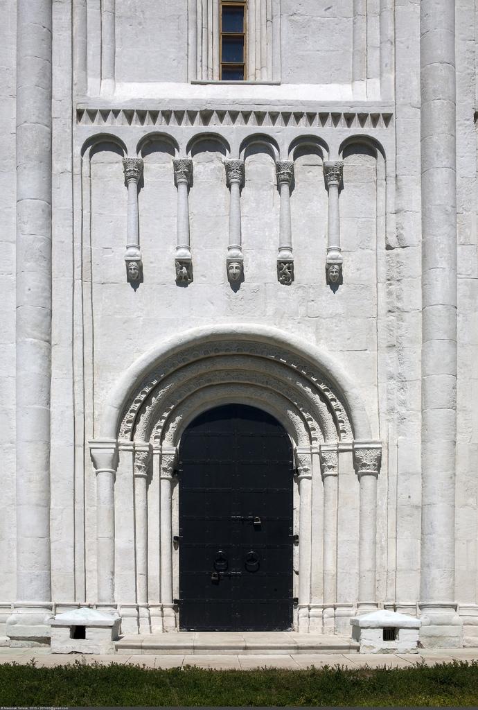 Вход в Храм Покрова на Нерли, Боголюбово
