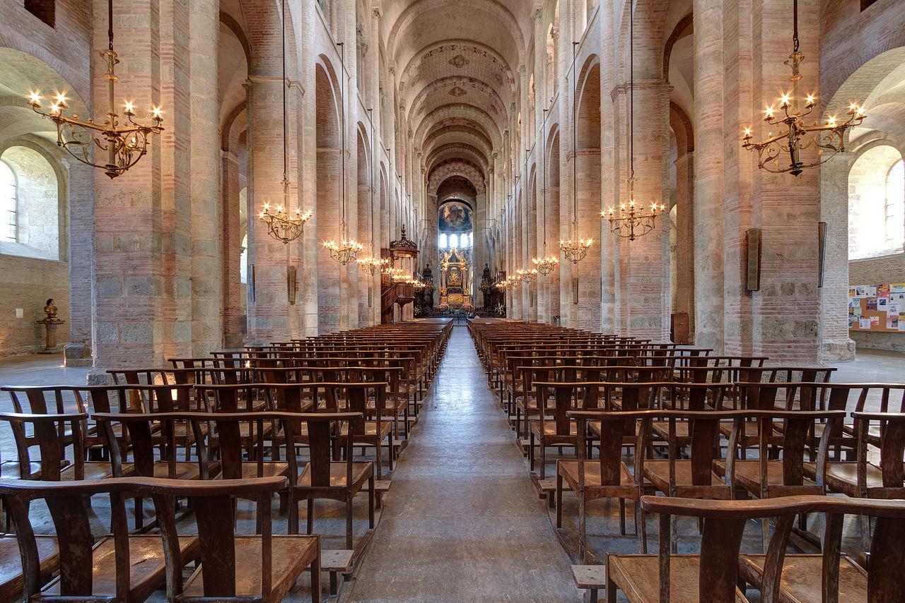 Неф базилики Сен-Сернен, алтарь на заднем плане