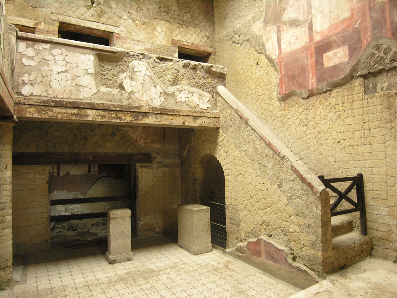 Геркуланум, двор и лестница
