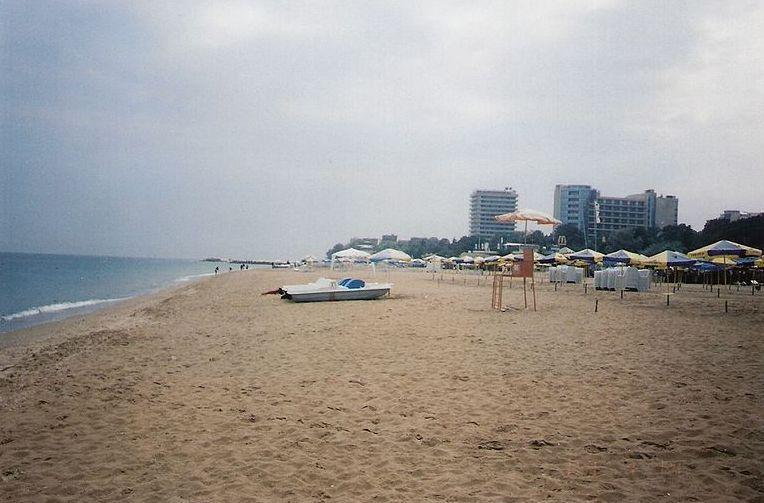 Файл:Пустынный пляж в пасмурную погоду, Золотые Пески.jpg