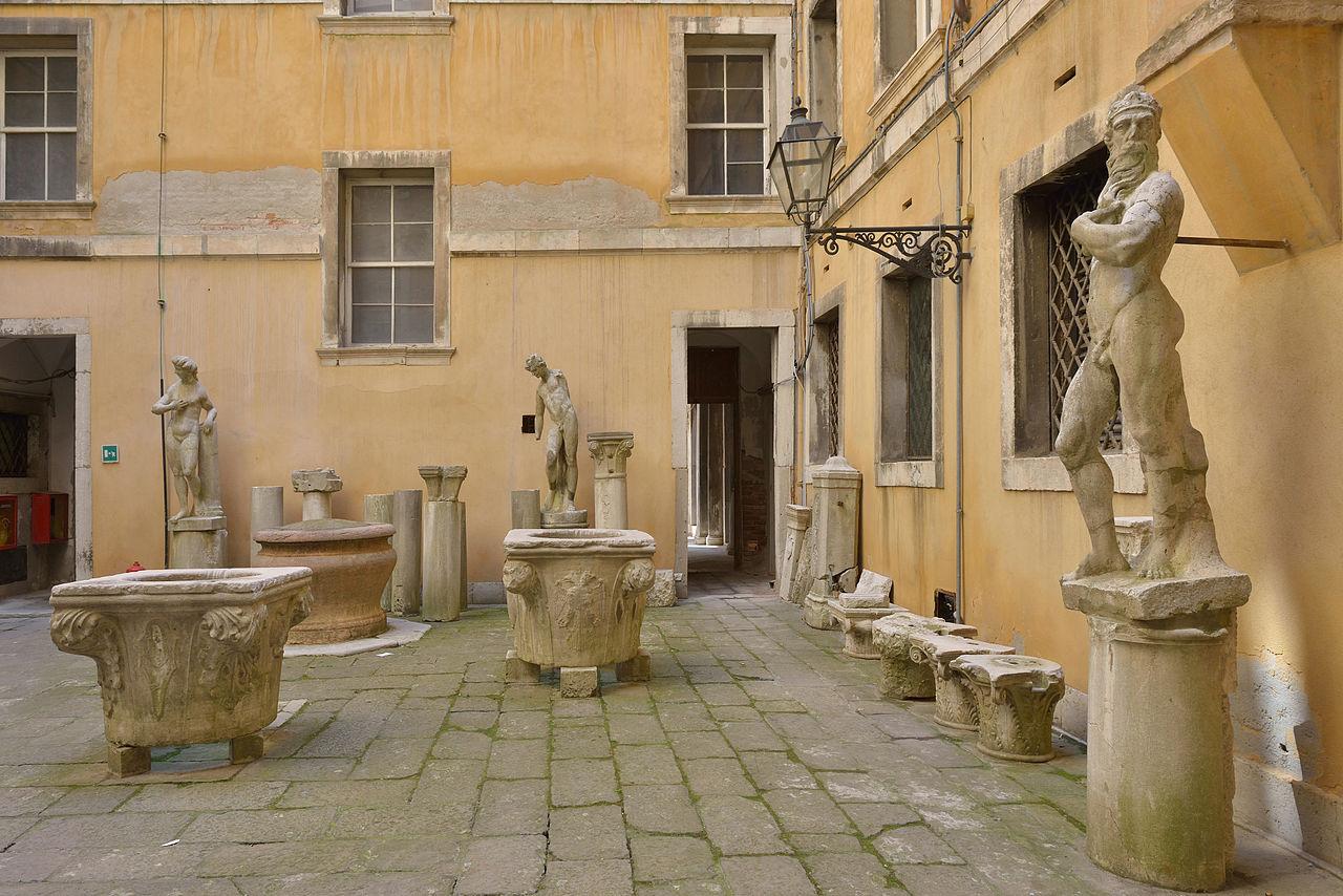 Античные статуи в музее Коррер в Венеции