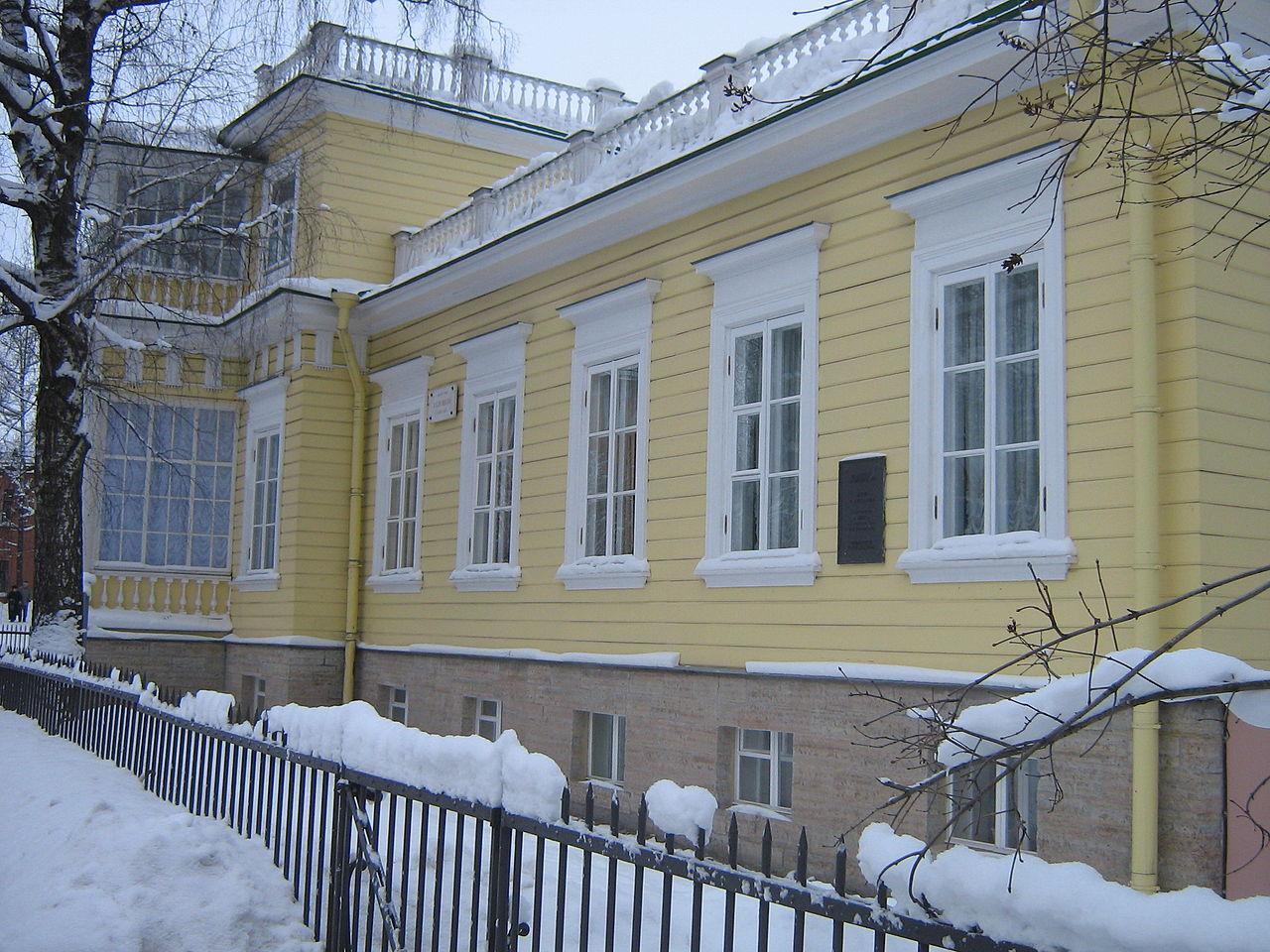 Музей-дача А. С. Пушкина, боковой фасад