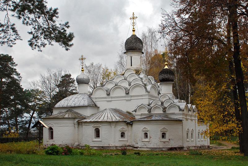 Святые ворота и Храм Архангела Михаила в Архангельском