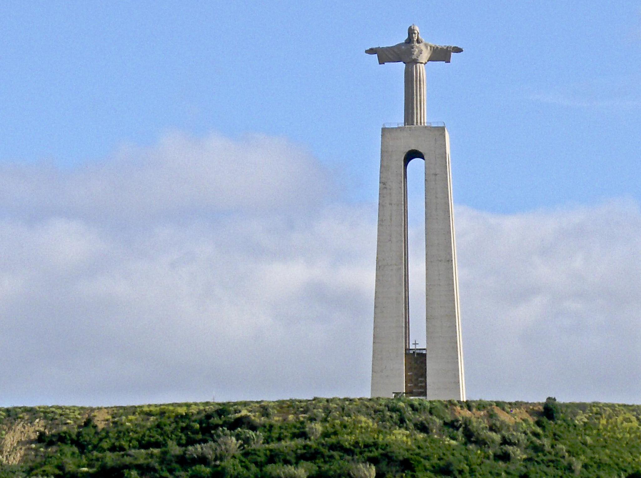 Вид на статую Христа в Лиссабоне
