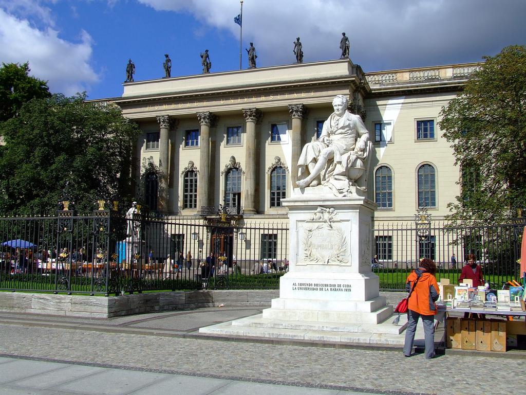 Памятник Александру фон Гумбольдту, Берлинский университет имени Гумбольдта