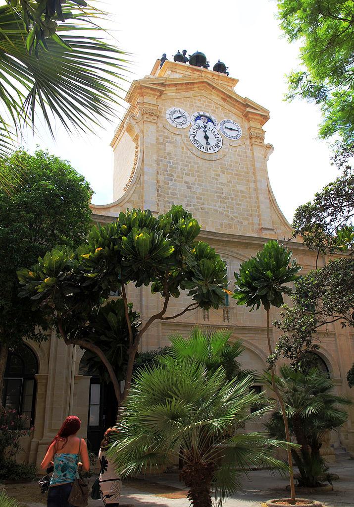Дворец Великого магистра, башня с часами на одном из дворцовых двориков