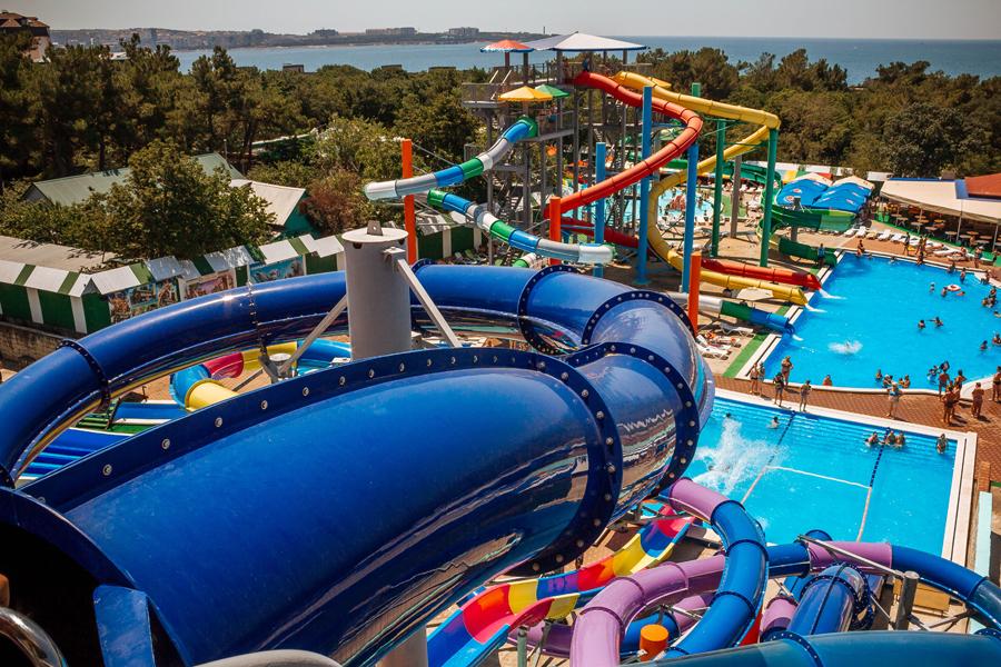Вид на аквапарк «Бегемот»