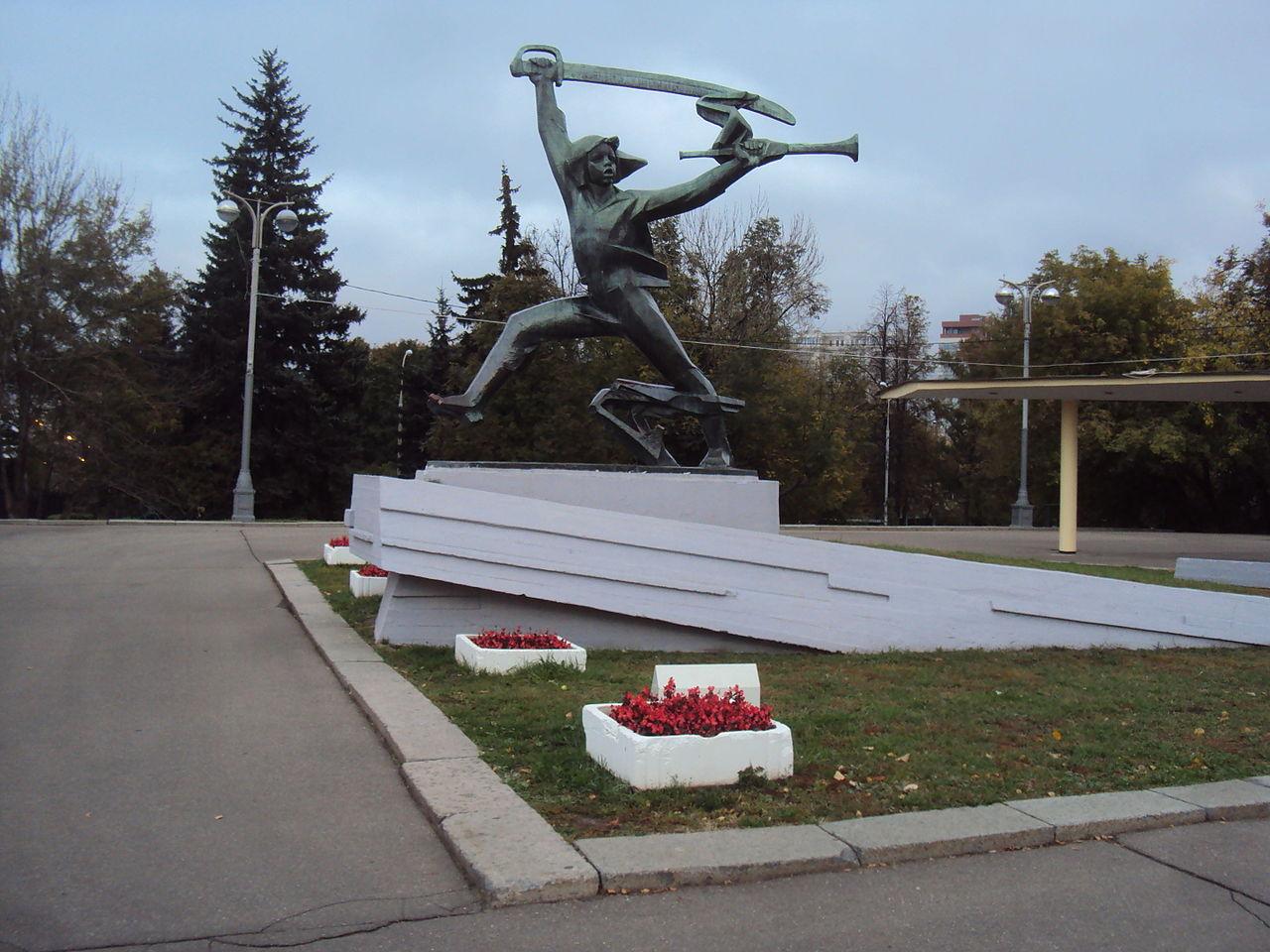 Памятник Мальчишу-Кибальчишу в Москве