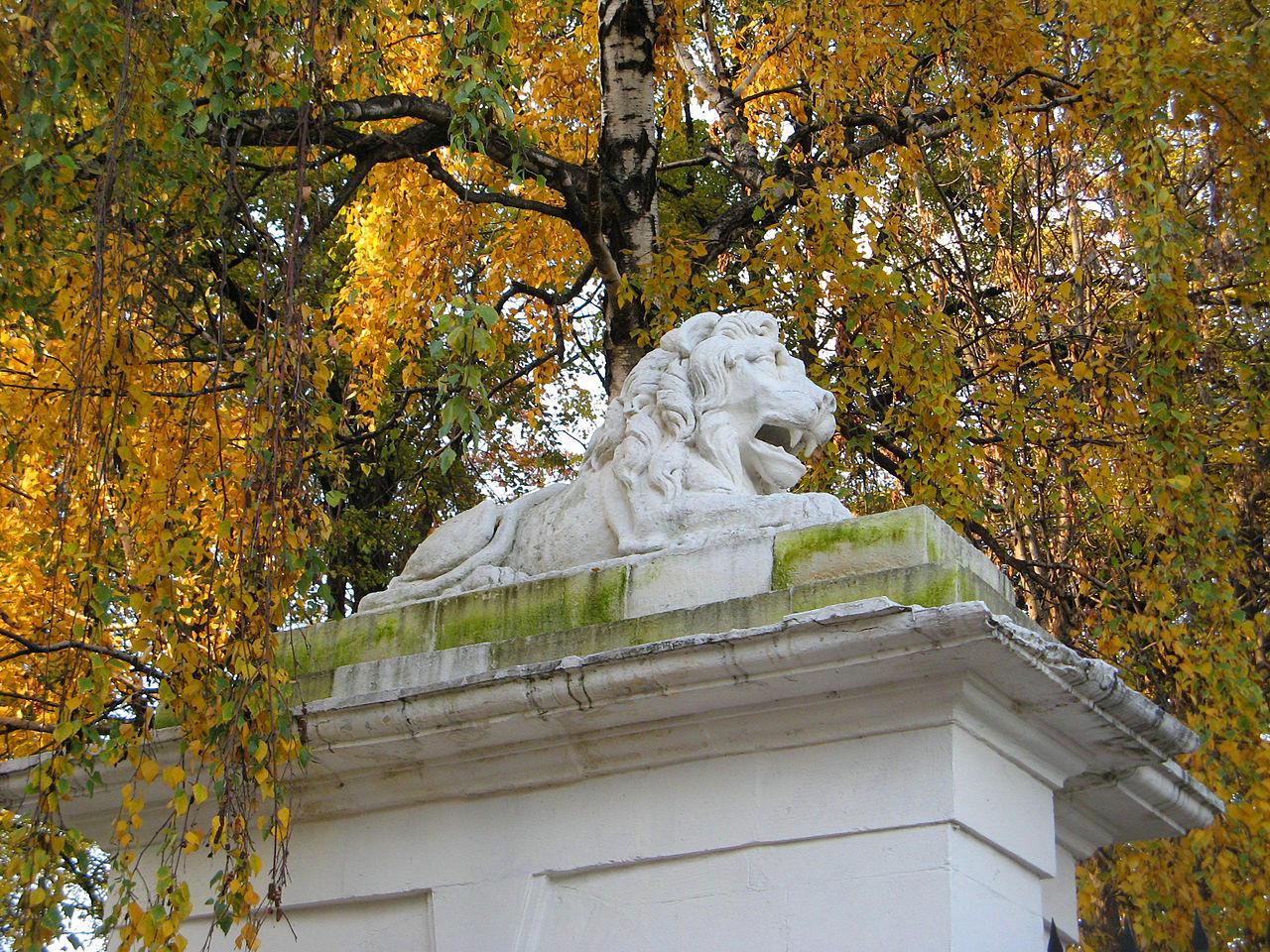 У входа в Музей-квартиру Достоевского, Москва
