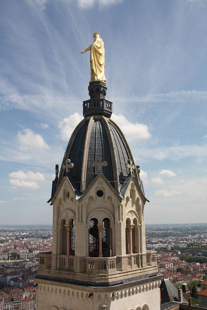 Базилика Нотр-Дам-де-Фурвьер, статуя Девы Марии на колокольне