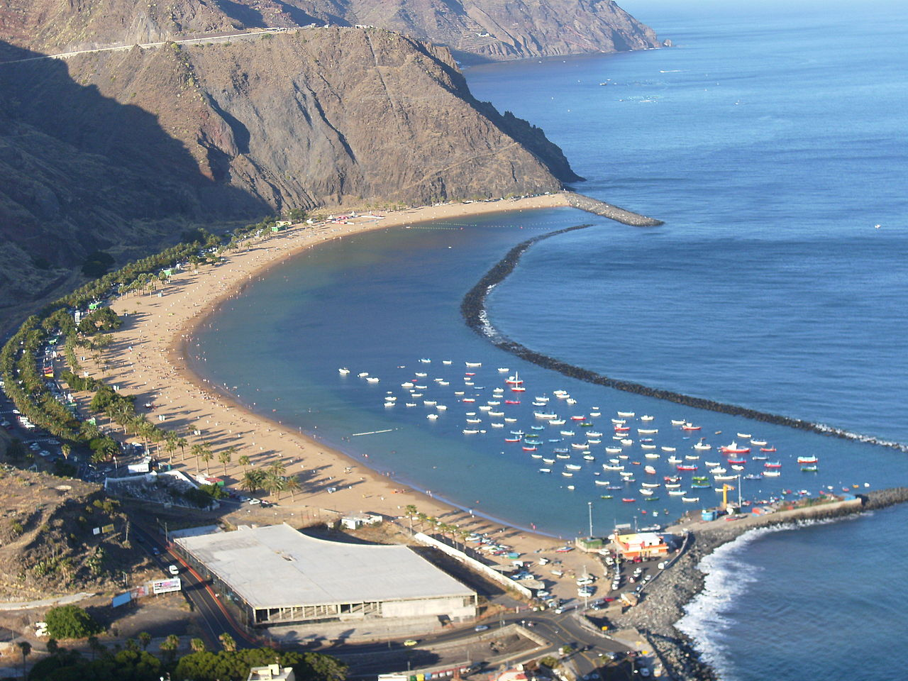 Пляж Лас-Тереситас рядом с городом Санта-Крус-де-Тенерифе