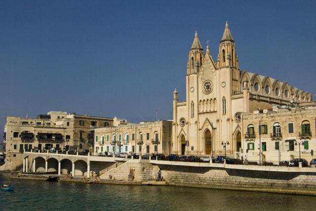 Приходская церковь Сент-Джулианса на Баллута Бэй, Сент-Джулианс, Мальта.jpg