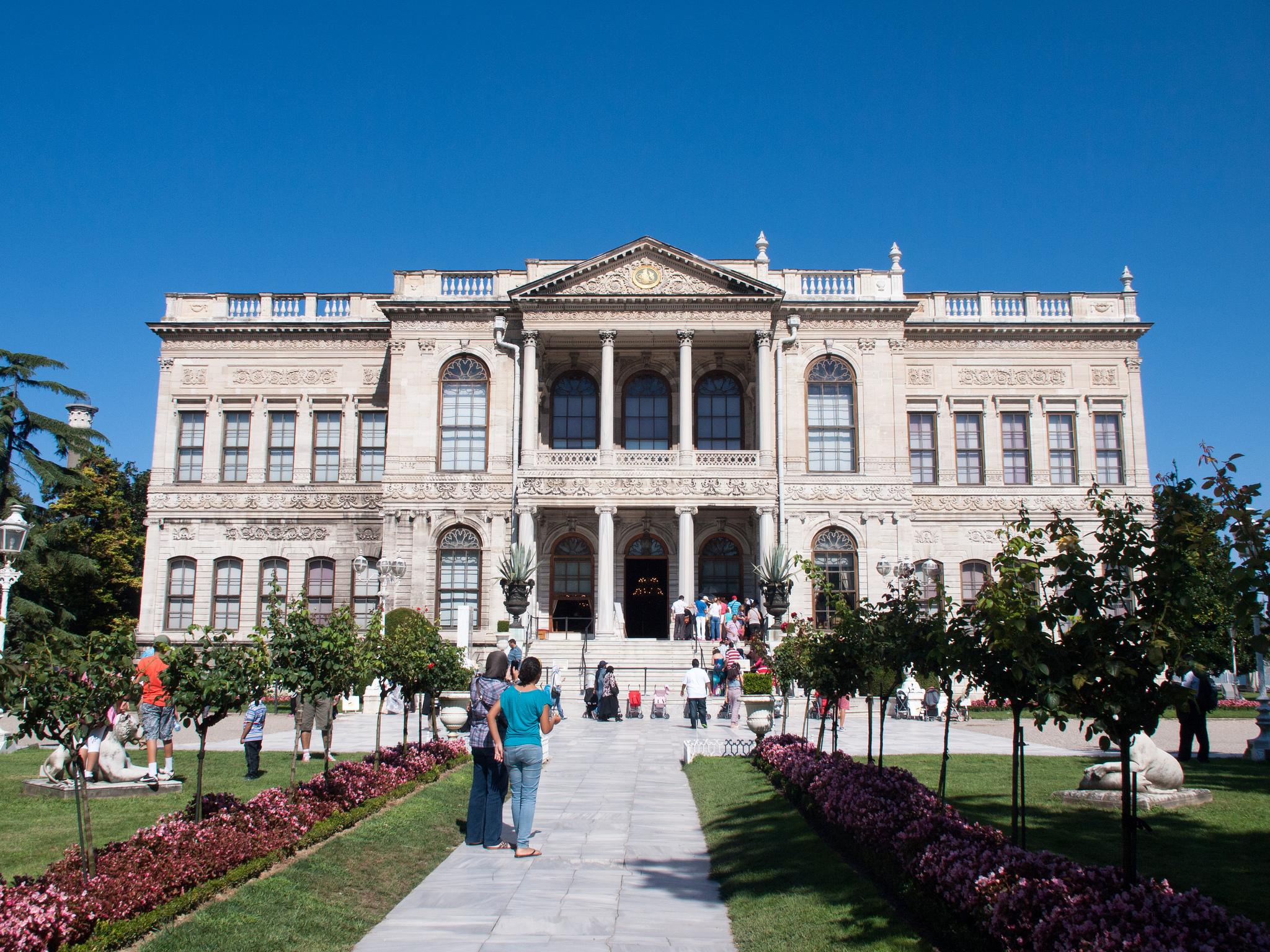 Дворец Долмабахче, внутренний фасад