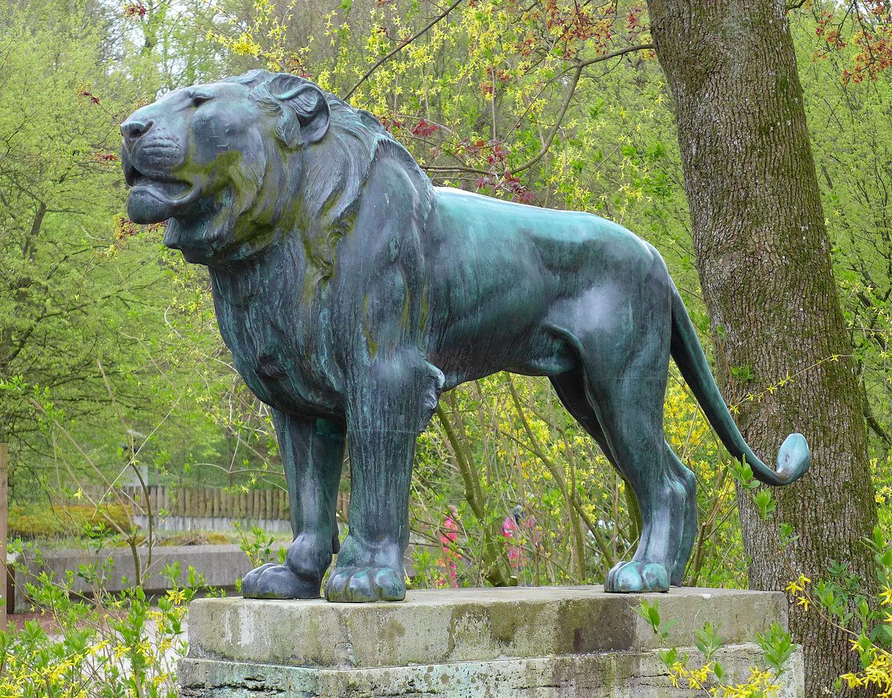 Зоопарк в Мюнхене (Хеллабрунн), статуя льва
