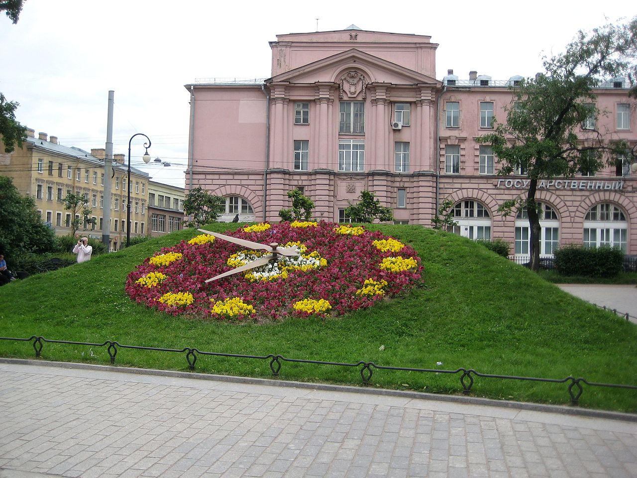 Швейцарская клумба-часы в Александровском парке